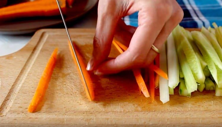 Тоненькой соломкой нарезаем морковь.