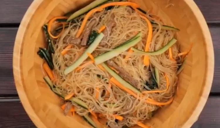 Добавляем также нарезанный соломкой огурец, перемешиваем ингредиенты.