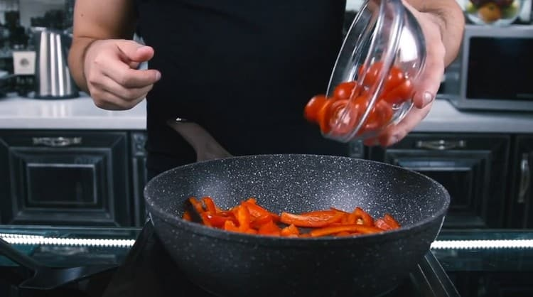 Затем добавляем на сковороду помидоры.