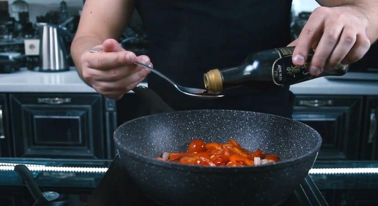 Добавляем соевый соус и оливковое масло.
