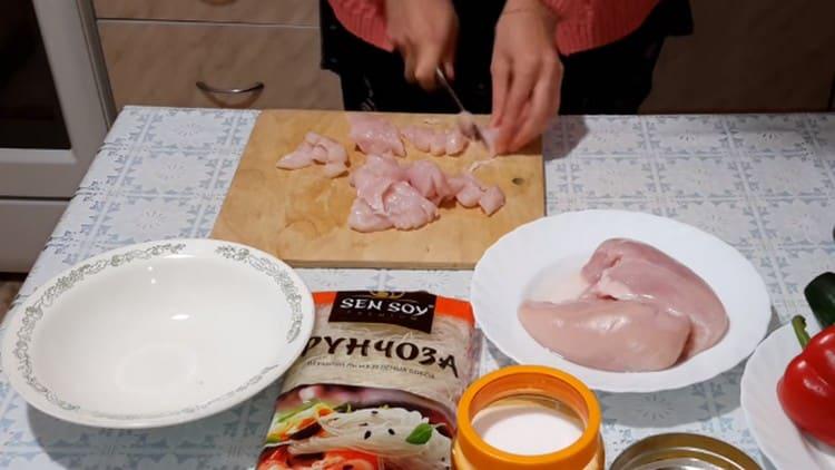 Нарезаем тонкими полосками куриное филе.
