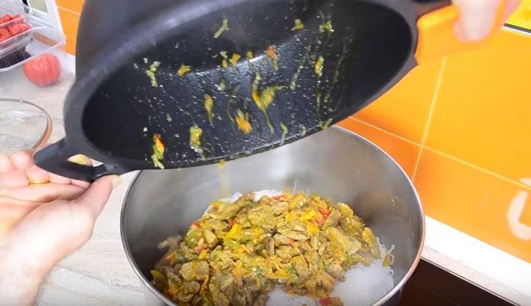 Овощи с мясом отправляем в кастрюлю к фунчозе и все перемешиваем.