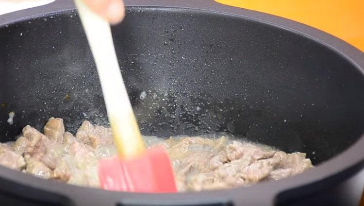 При обжаривании время от времени перемешиваем мясо.