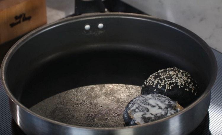 Разрезаем булочку и срезом выкладываем ее на сухую сковороду подсушиться.