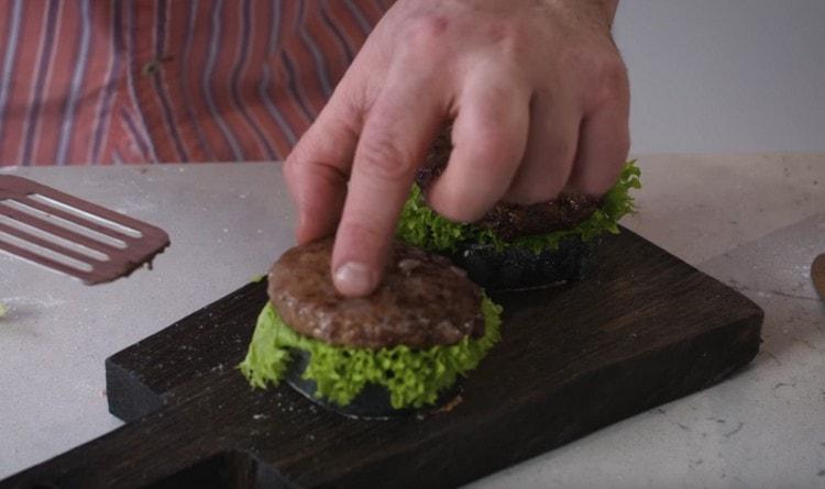 Выкладываем поверх салата с соусом котлету.