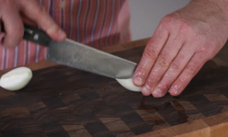 Лук чистим и тоже пропускаем вместе с мясом через мясорубку.