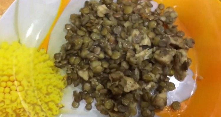 Чечевица с курицей это сытное полноценное блюдо.