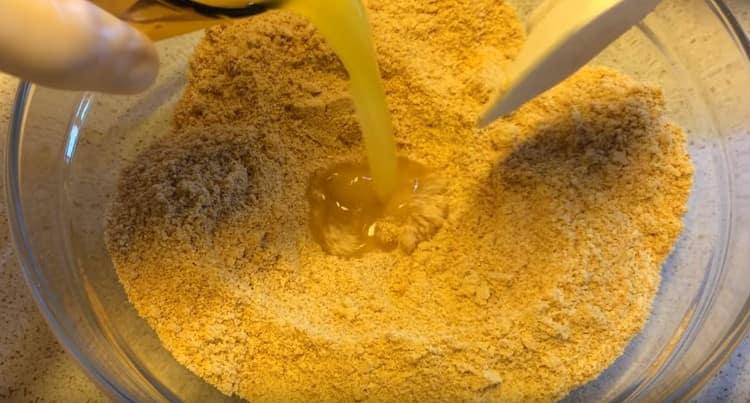 Блендером измельчаем в крошку песочное печенье и добавляем к нему растопленное сливочное масло.