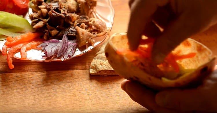 выкладываем часть овощей и мяса.