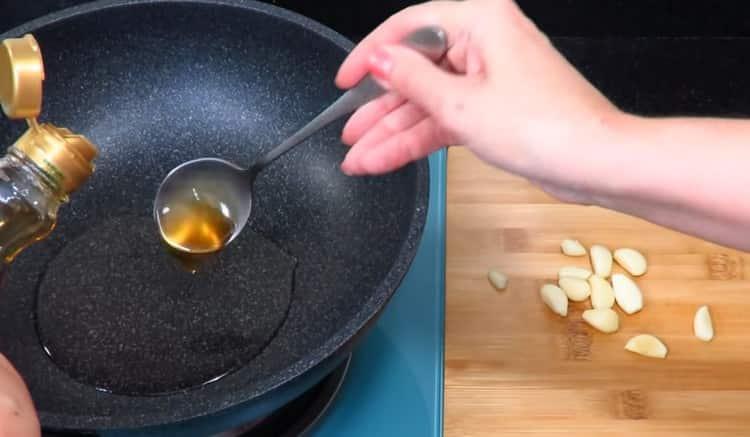 ра сковороду наливаем растительное масло.