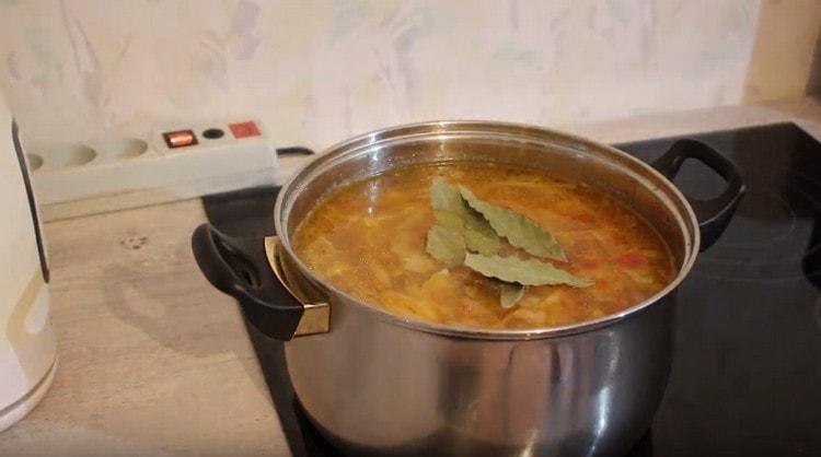 Добавляем в блюдо лавровый лист.