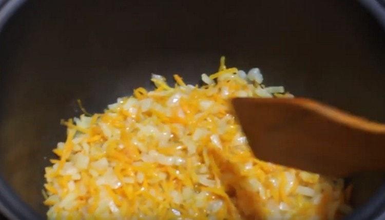 Измельченные лук и морковь обжариваем до мягкости.