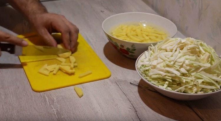 Брусочками нарезаем картофель.