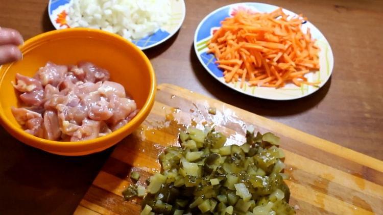 Для приготовления азу нарежьте мясо