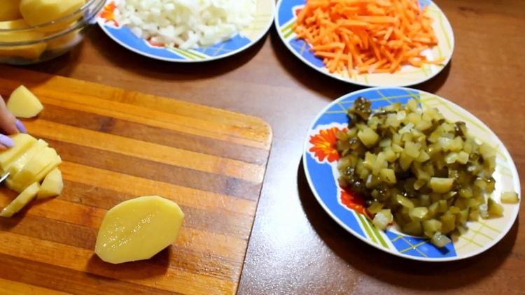 Для приготовления азу нарежьте картофель