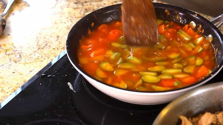 Для приготовления азу по татарски,приготовьте соус
