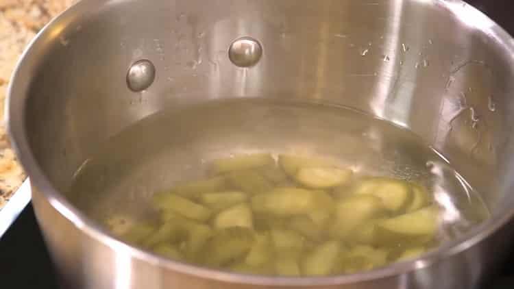 Для приготовления азу по татарски, уберите лишнюю воду