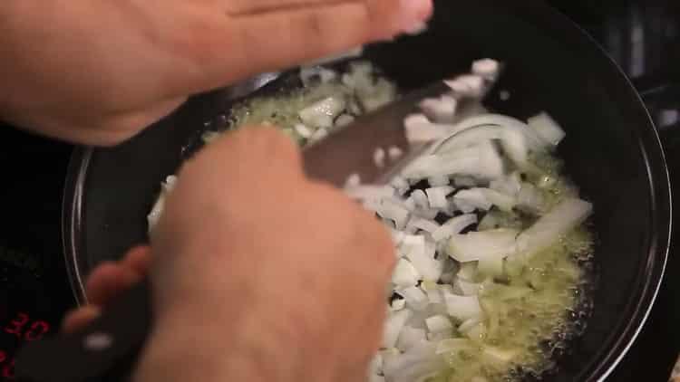 Для приготовления азу по татарски, разогрейте сковородку