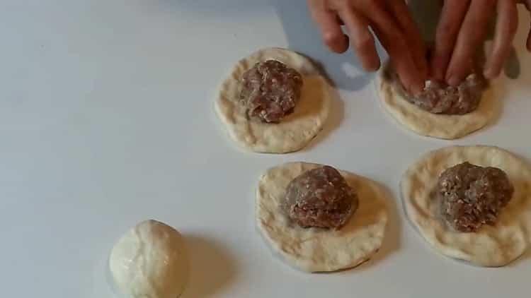 Для приготовления беляшей выложите на тесто фарш