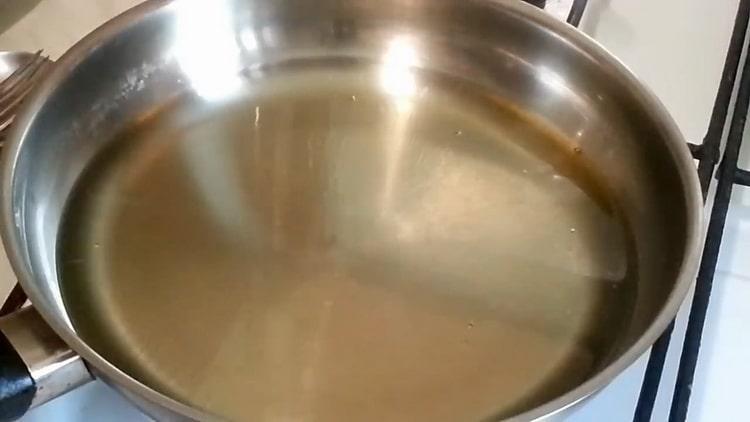 Для приготовления беляшей разогрейте сковородку
