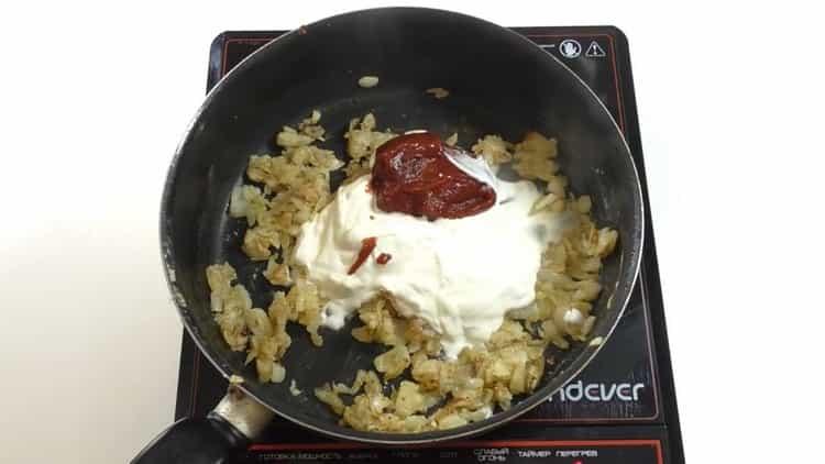 Для приготовления бефстроганова добавьте сметану и томатную пасту