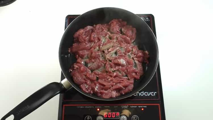 Для приготовления бефстроганова обжарьте мясо
