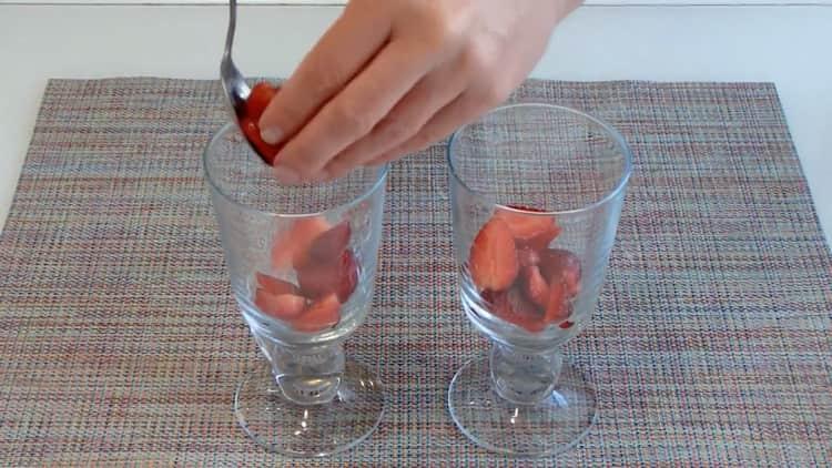 Для приготовления бланманже подготовьте ягоды