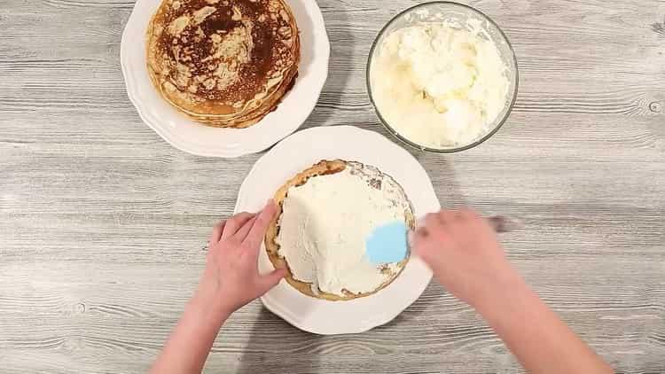 Для приготовления торта промажьте блины кремом