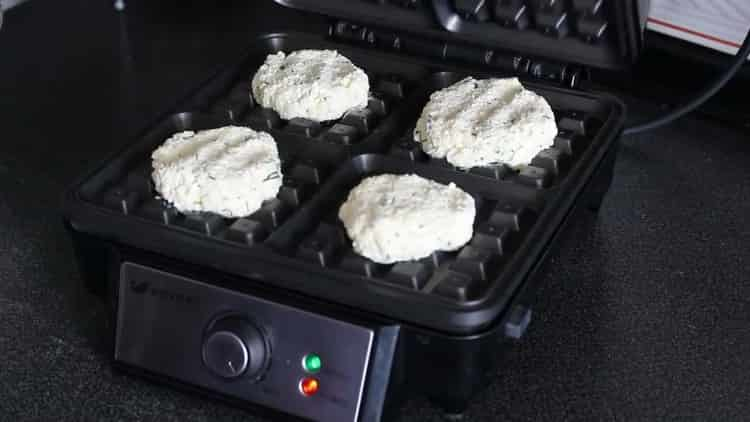 Для приготовления сырных вафель в вафельнице подготовьте технику
