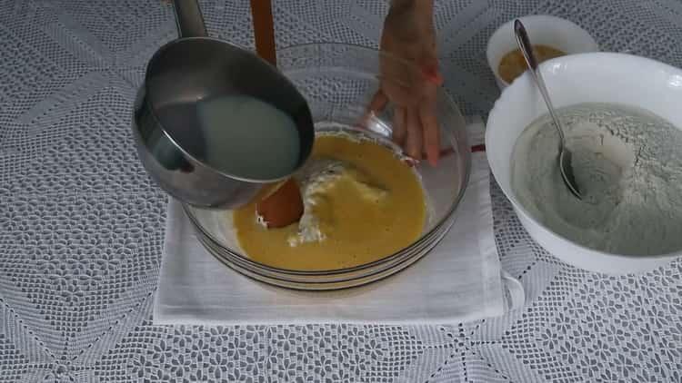 Для приготовления теста соедините опару с яйцами