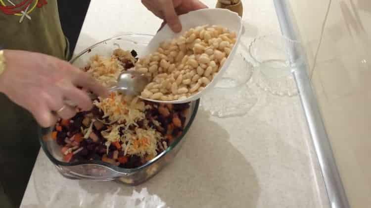 Для приготовления салата, добавьте фасоль