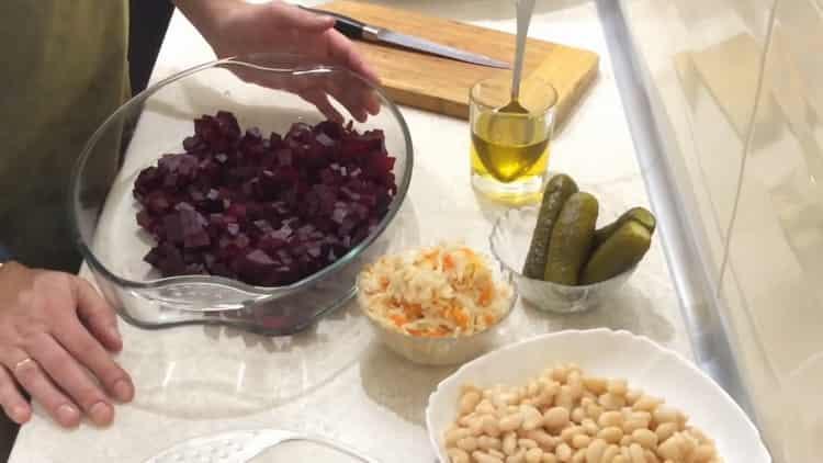 Для приготовления салата, нарежьте свеклу