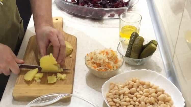 Для приготовления салата, нарежьте картофель