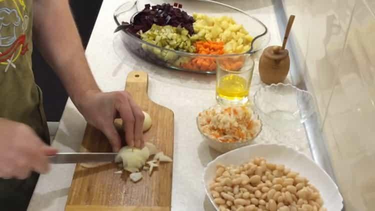 Для приготовления салата, нарежьте лук