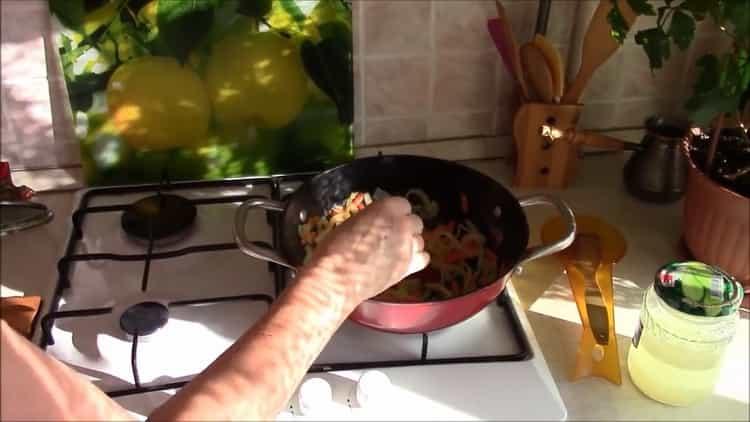 Для приготовления обжарьте овощи