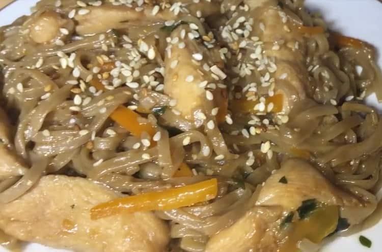 Гречневая лапша с курицей и овощами - необычный и вкусный рецепт