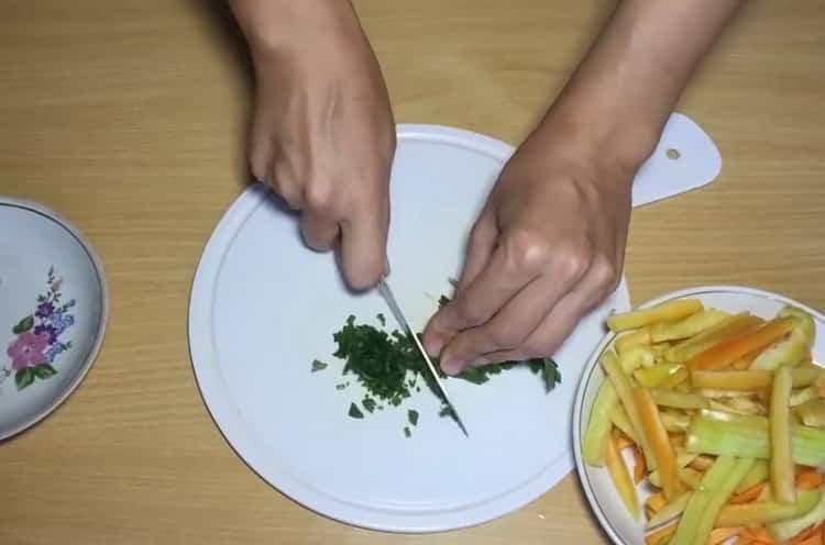 Для приготовления лапши нарежьте зелень