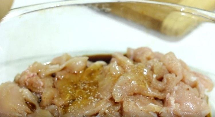 Маринуем куриное филе в соевом соусе с медом.
