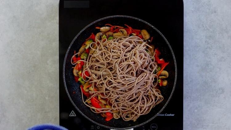 Для приготовления гречневой лапши с овощами соедините ингредиенты