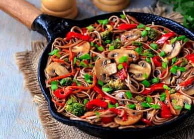 Гречневая лапша с овощами и шампиньонами — легкое, сытное и красочное вегетарианское блюдо 🍝