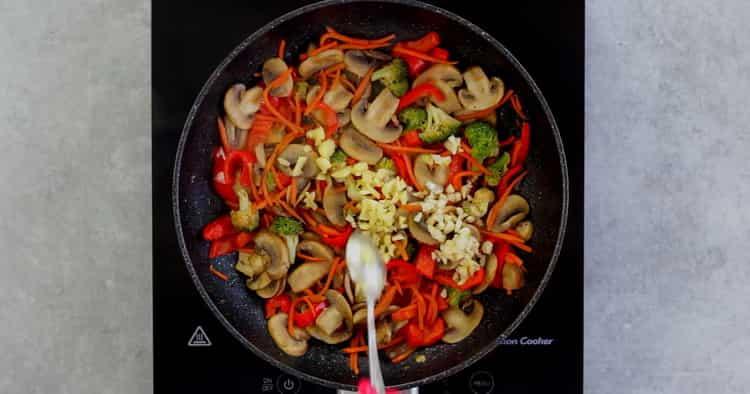 Для приготовления гречневой лапши с овощами перемешайте ингредиенты