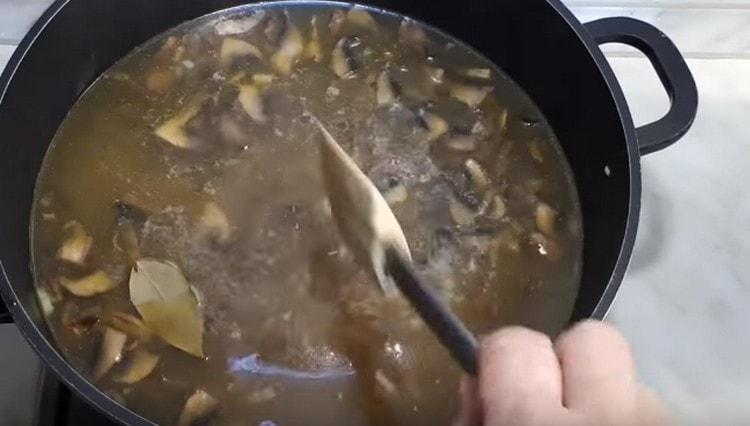 Добавляем в суп лавровый лист.