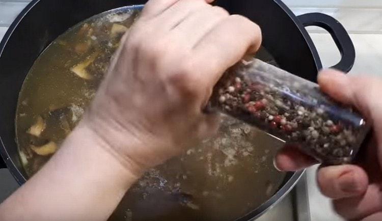 Солим, перчим первое блюдо.