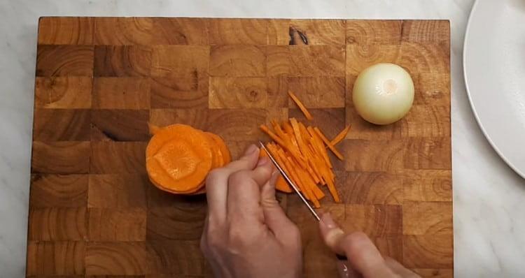 Нарезаем морковь тоненькой соломкой.