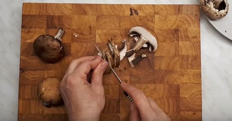 Нарезаем тонкими пластинками шампиньоны.