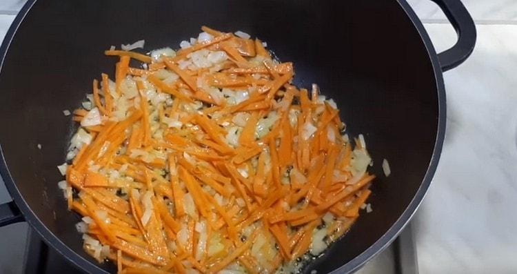 Выкладываем в масло лук с морковью.