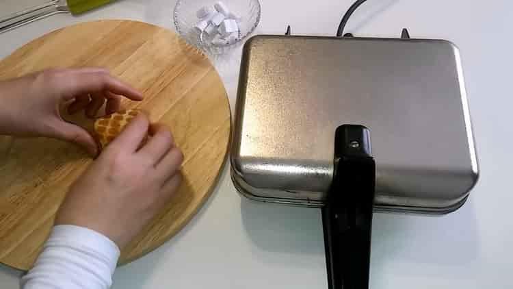 Для приготовления домашних вафель сформуйте конвертик