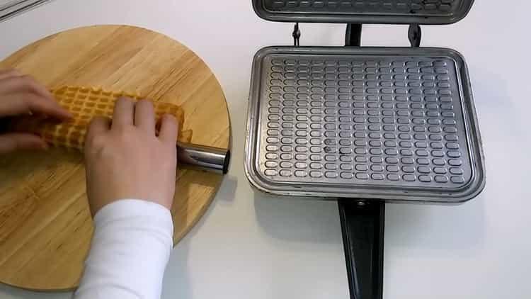 Для приготовления домашних вафель закрутите трубочку