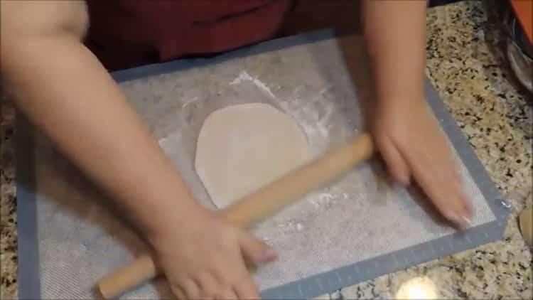 Для приготовления домашней лапши раскатайте тесто