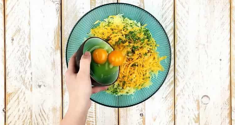 Для приготовления драников добавьте яйца